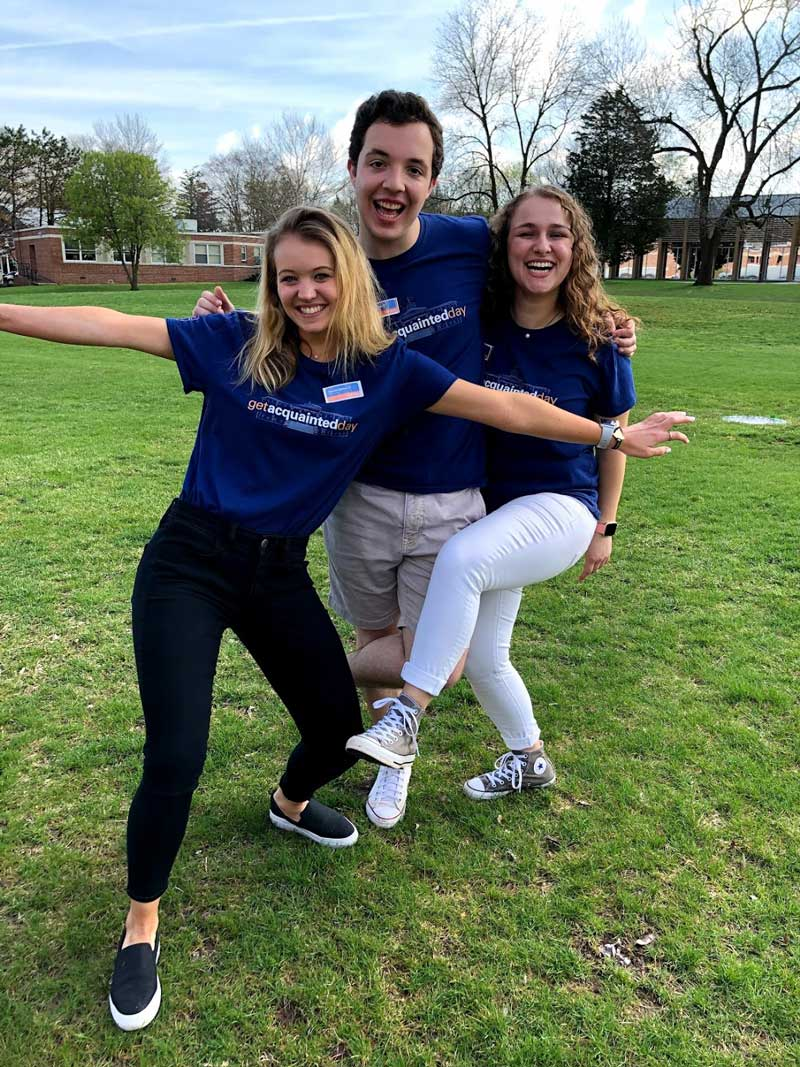 Gabi Eglinton posing with Gettysburg College tour guides